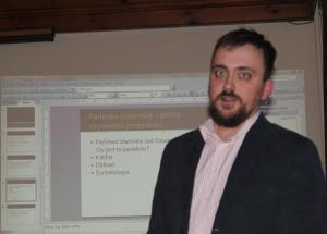 dr Mateusz Wilk podczas prelekcji